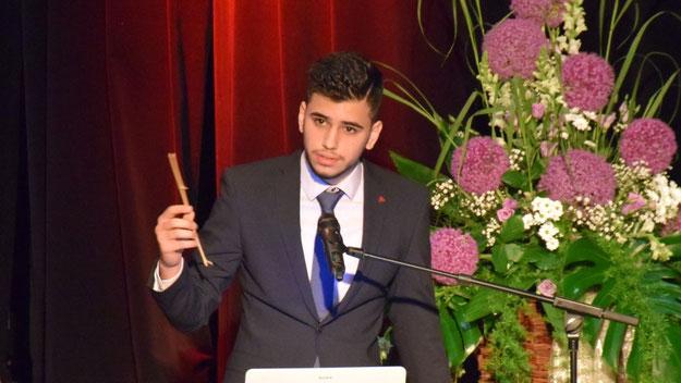Güney Dogan, der zugleich Schülersprecher war, hielt eine klassische, intelligente Rede und lieferte damit zugleich einen Beweis für eine gelungene Integration .....