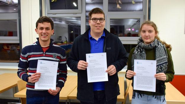 Can Ziegler, Tom Lenuweit und Hannah Haase überreichten den Offenen Brief