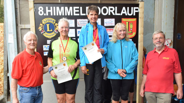Die Siegerinnen der Walkingstrecke: Patricis Strenge (1. Platz, Mitte), Astrid Schmidt (2. Platz, links) und Wiebke Nahrwold (3. Platz, rechts).