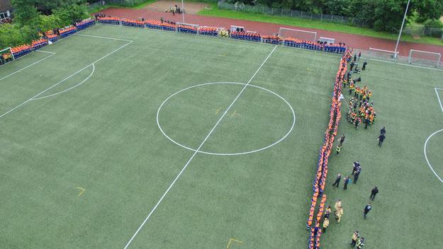 Auf dem Sportplatz waren zur Schlusszeremonie alle Jugendfeuerwehren angetreten (Foto: Feuerwehr)