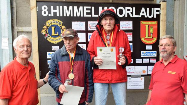 Urkunden für die ältesten Teilnehmer: Hubertus Lumma (r.) war mit seinen 87 Jahren der Älteste des Gesamtfeldes. Berthold Kersting war mit 84 Jahren der älteste Läufer.