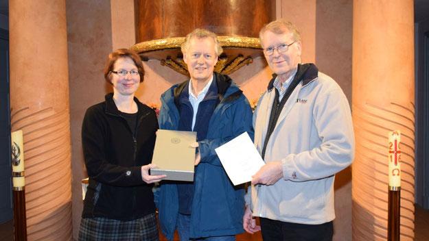 Pastorin Claudia Weisbarth und Hartmut Ermes freuen sich über die neue Luther-Bibel, die Probst Dr. Karl-Heinrich Melzer nach Quickborn brachte.