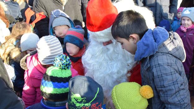 Die Süßigkeiten des Weihnachtsmannes waren bei den Kleinen heiß begehrt.