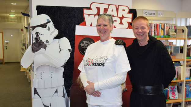 Ganz auf StarWars eingestellt: Bücherei-Leiterin Monika Pütz und ihr Kollege Klaus Fechner.