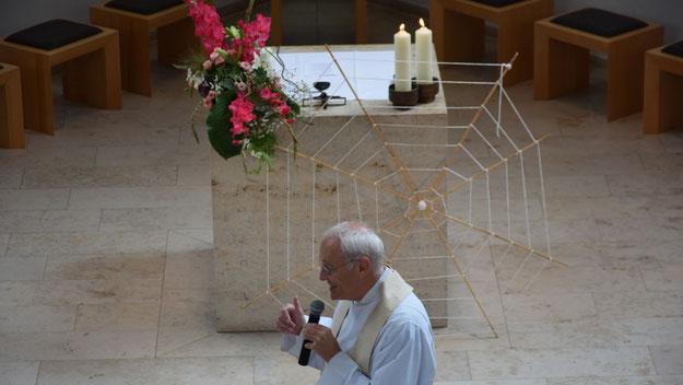 Ein Netz als Symbol stand im Mittelpunkt der Predigt von Pfarrer Guttmann: Die Verknüpfung mit anderen Menschen und mit Gott.