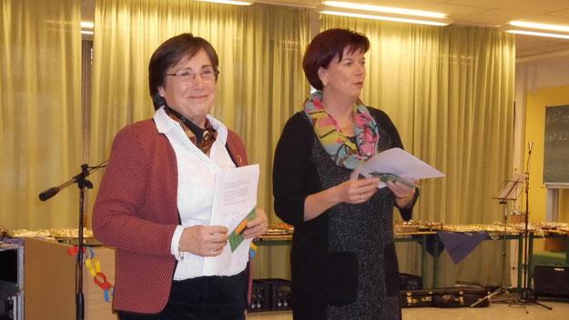 Im Namen aller Quickborner SchulleiterInnen dankten Angelika Lahrs (Dietrich-Boenhoffer-Gymnasium,l.) und Schulleiterin Corinna Blöhdorn (Waldschule) für die gute Zusammenarbeit.