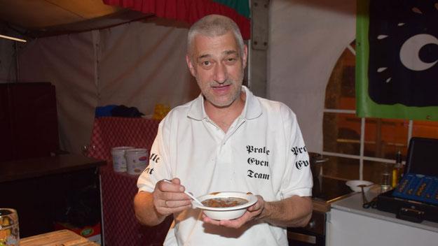 Pralles Event Team (Kamphuis) bot leckere Gulasch-Suppe und Käsewürfel an.
