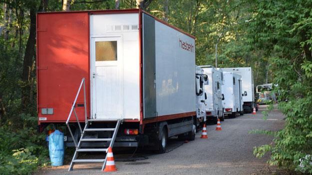 Selbst die Nebenstraßen waren von den Fahrzeugen der Film-Crew wie den Wohnmobilen für die Schauspieler belegt