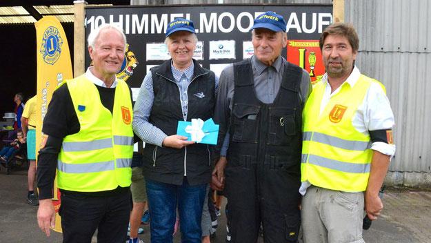Ein Dankeschön der Organisatoren an Klaus-Dieter Czerwonka, den ehemaliger Leiter des Torfwerks, und sein Frau für die Unterstützung der Veranstaltung
