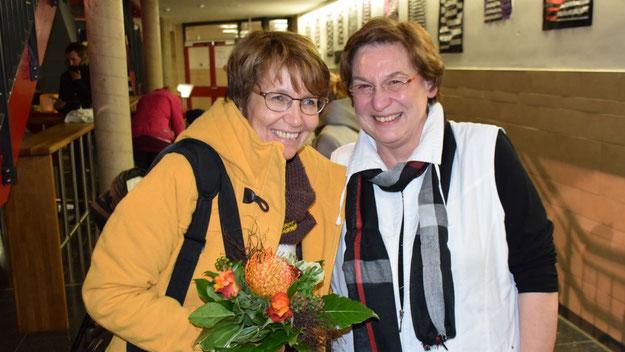 KiTa-Leiterin Edeltraud Wiebe (rechts) freute sich nicht nur über eine gelungene Aufführung ihrer Schauspiel-Truppe, sondern auch über den Besuch der Stadtjugendpflegerin Birgit Hesse.
