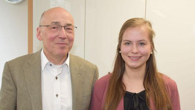 Personalleiter Georg Putz freut sich über die Auslandserfahrung der Auszubildenden Michelle Lewien