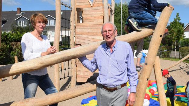 Stadtjugendpflegerin Birgit Hesse und Stadtrat Klaus H. Hensel weihten den Kinderspielplatz ein.