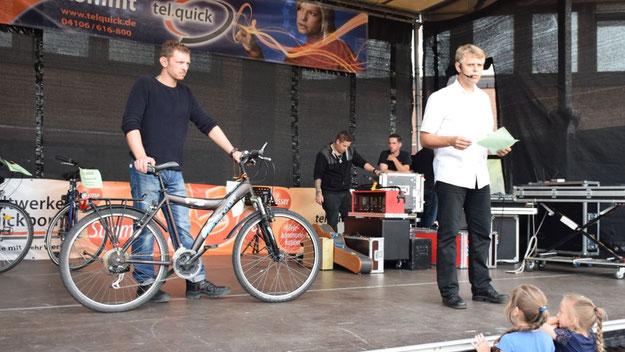 Bei der Versteigerung der Fund-Räder fungierte Stadt-Mitarbeiter Volker Dentzin als Auktionator.