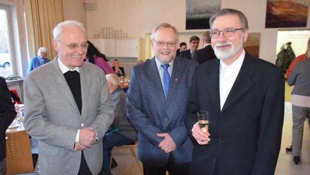 Ökumenisches Treffen: Der katholische Pfarrer Wolfgang Guttmann (l.) traf auf Pastor Rainer Pätz (r.), als Vertreter der Stadt hatte sich Bürgervorsteher Henning Meyn (M.) eingefunden.