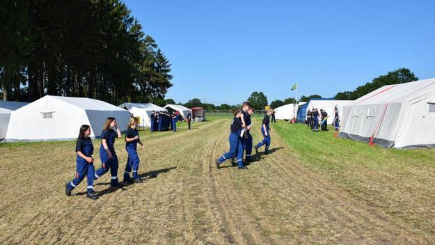 Über 100 Zelte sind bis Montag auf der Fläche am Dietrich-Bonhoeffer-Gymnasium aufgebaut