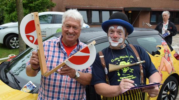 Bernd Kleinhappel und Clown Mücke sorgten mit Stadtjugendpflegerin Birgit Hesse und Helfern für einen reibungslosen Ablauf der Bobby-Car-Rennens.