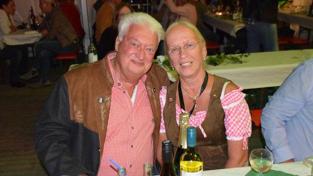 Bernd Kleinhapel, Ratsmitglied und ehemaliger Bürgervorsteher, freute sich über den Erfolg seiner Frau. Er war zuvor von Schützen-Chef Meier-Siem für sein Engagement für das Schützen- und Eulenfest geehrt worden