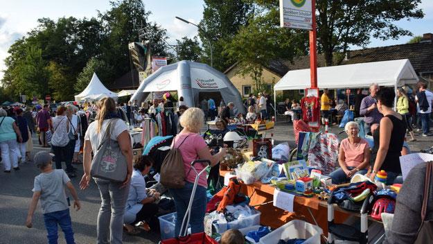"""Welche Fülle auf dem privaten Flohmarkt in der Straße """"Am Freibad""""."""