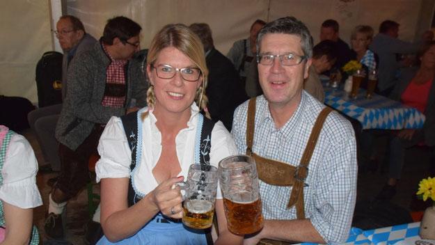 Carsten Möller, der als Fachbereichsleiter gemeinsam mit seinem Team dafür gesorgt hatte, dass es wieder ein Oktoberfest in Quickborn gibt, konnte sich gemeinsam mit seiner Frau über den erfolgreichen Start freuen.