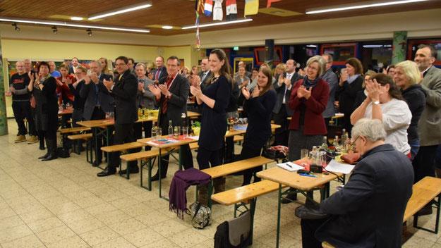 Mit Standing Ovations verabschiedeten die Gäste die beliebte Schulleiterin