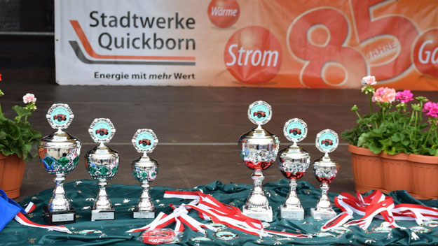 Edle Pokale und Medaillen warteten auf die Gewinner des Bobby-Car-Rennens.
