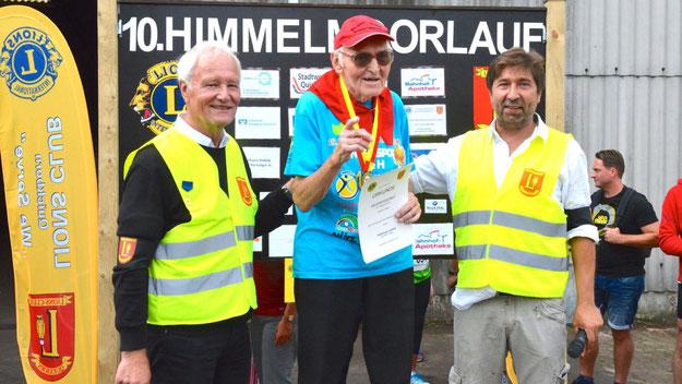 Ehrung für den ältesten Teilnehmer: Der 89-jährige Quickborner Hubertus Lumma nahm bereits zum achten Mal am Himmelmoorlauf teil.
