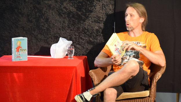 Der Schauspieler Rainer Rudloff trug auf höchst lebendige Weise aus zwei Büchern vor und zog damit das junge Publikum in seinen Bann.
