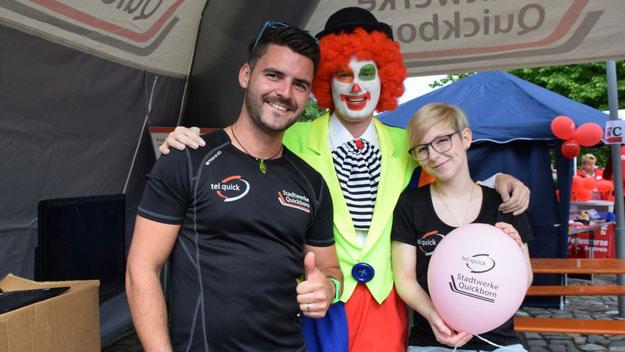 Stadtwerke-Mitarbeiter Patrick Wulf beriet nicht nur mit seiner Kollegin die Kunden, sondern moderierte auf der Bühne auch die Preisvergabe für die im letzten Jahr am weitesten geflogenen  Luftballons.