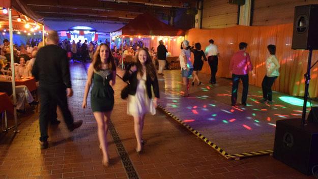 Zu einer stimmungsvollen Disco hatten die Kameraden die Fahrzeughalle hergerichtet.