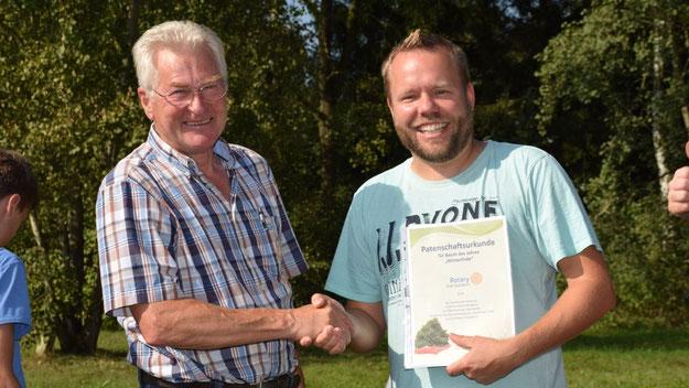 Rotarier Peter Heydorn überreichte Klassenlehrer Christian Gramann nicht nur eine Patenschaftsurkunde für den Baum, sondern auch für jeden Schüler eine Urkunde für die Teilnahme an der Pflanzaktion.
