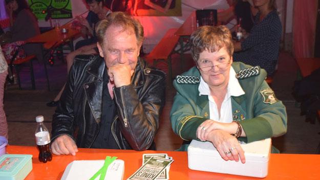 Schützenvereins-Chef Meier-Siem saß - im passenden Outfit - gemeinsam mit Romy Spethmann persönlich an der Kasse und konnte sich über reichlich Einnahmen freuen.