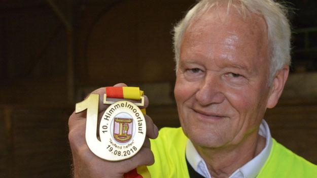 Für den Jubiläumslauf hatte Mest extra eine spezielle Medaille gestalten lassen ....