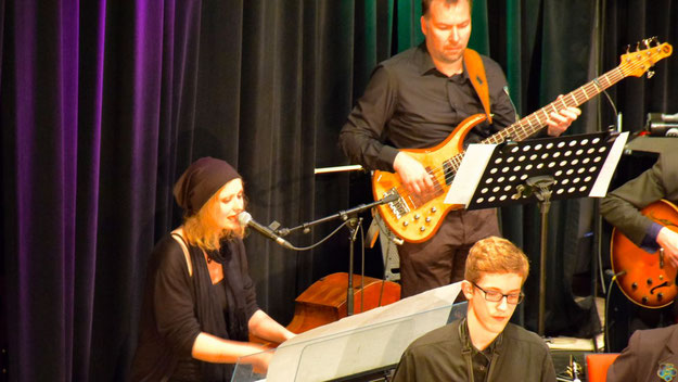 Virtuos an den Tasten und am Mikrofon: Anke Meyn.