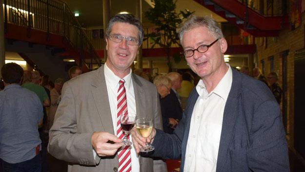 Stießen auf einen gelungenen Auftakt zum Eulenfest an: Eberhard Hasenfratz, als Vorsitzender der Freunde der Kammermusik verantwortlich für das Konzert, und Carsten Möller, als Fachbereichsleiter bei der Stadt Quicborn u.a. zuständig für Veranstaltungen.