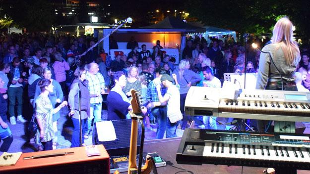 Mit perfekt dargebotenen Songs auch abseits der Top-40 begeisterte die Cover-Band Tonados das Party-Volk.