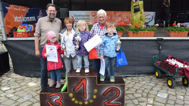 Die GewinnerInnen in der jüngeren Starter-Gruppe; dahinter neben Stadtjugendpflegerin Birgit Hesse die Große Koalition aus Bernd Kleinhappel (CDU) (r.) und Jens-Olaf Nuckel.