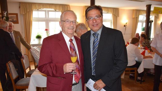 Quickborns Bürgermeister Thomas Köppl (r.) war ebenso Gast wie der DRK-Vorsitzende Trutz Heggblum, in dessen Räumen der Sozialverband mit seinen monatlichen Treffen zu Gast ist.