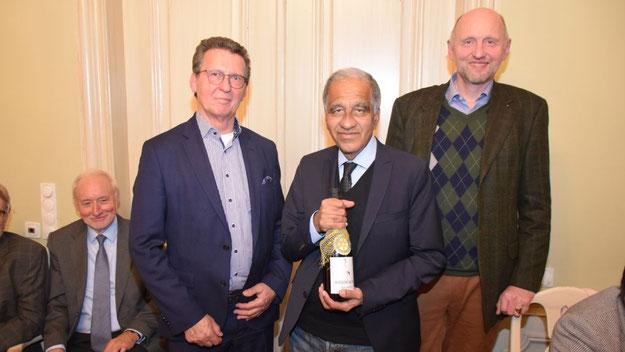 """Als Dank für seinen informativen Vortrag überreichten Rotary-Präsident Jens-B. Bosse (r.) und Organisator Tilo Herzog Prof. Latif einen """"norddeutschen"""" Champagner"""