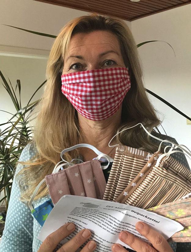 VHS-Leiterin Anette Ehrenstein hat das Näh-Bienen-Projekt organsiert und trägt auch selbst eine  Maske, um andere zu schützen.