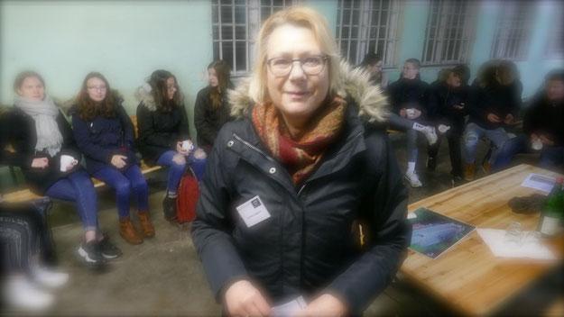 Christiana Lefebrve führte die jungen Besucher durch die Gedenkstätte und diskutierte mit ihnen über die künftigen Nutzungsmöglichkeiten.
