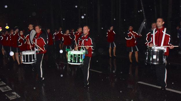 Die tapferen MitspielerInnen der Spielmannszüge wie hier des Quickborner Musikzuges ließen sich auch durch den Regen nicht davon abhalten, die Eltern mit ihren Kindern und andere Interessierte zum Feuerwerk zu führen.