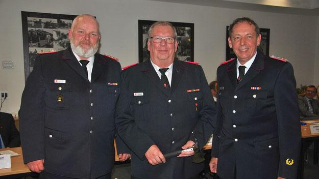 Uwe Bense (Mitte) wurde vom stellvertretenden Wehrführer Daniel Dähn (l.) und Wehrführer Wido Schön nach Erreichen der Altersgrenze in die Ehrenabteilung verabschiedet.