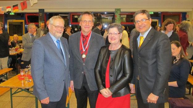 Neben Bürgermeister Thomas Köppl (r.) erwies auch Bürgervorsteher Henning Meyn Schmidt-Lewerkühne, hier gemeinsam mit Ehemann Hartmut,  die Reverenz.