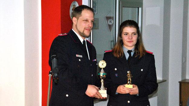 """Nina Dähn wurde nicht nur zur Jugendgruppenleiterin wiedergewählt, sondern von den Ausbildern auch zur """"Jugendlichen des Jahres"""" gewählt. Jugendwart Patrick Grosse übergab die Auszeichnung."""