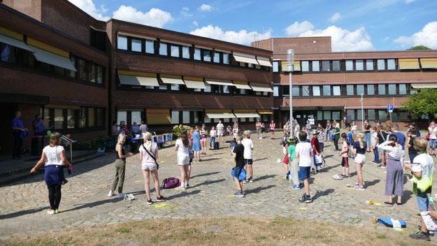 Vor dem Rathaus hatten sich viele Jung-LeserInnen eingefunden, um ihre Auszeichnungen und Preise abzuholen.