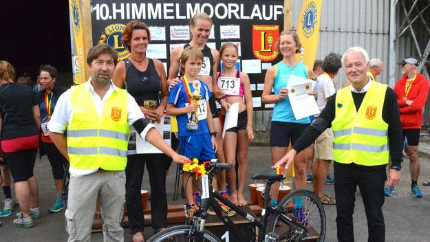 Die Siegerinnen des Hauptlaufes: Christine Dörscher (1. Platz; mit ihren Kindern), Stephanie Rösener (2. Platz) und Katja Liebler.