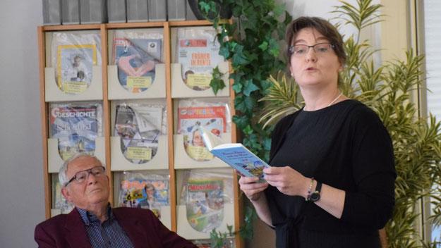 """Stadtbücherei-Mitarbeiterin Kerstin Kranz interpretierte auf ihre eigene Weise das Kapitel """"Tante Verena  kommt"""""""