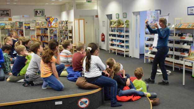 Gebannt verfolgten die Kinder die Vorführungen der Illustratorin Silke Brix