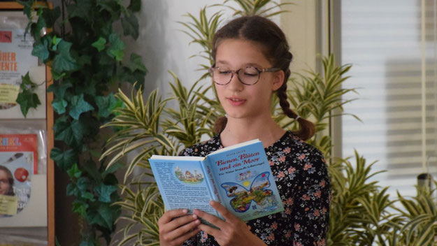 """Die junge Emilia Hausen unterstützte Jäger, indem sie das Kapitel """"Der Klapperstorch hat Klapperkinder"""" vortrug"""