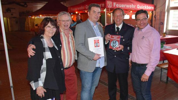 Zusammen mit den Firmengründern und Eltern, Wehrführer Wido Schön und Bürgermeister Thomas Köppl freute sich von Z-Geschäftsführer Borris von  Zichlinsky über die Auszeichnung.